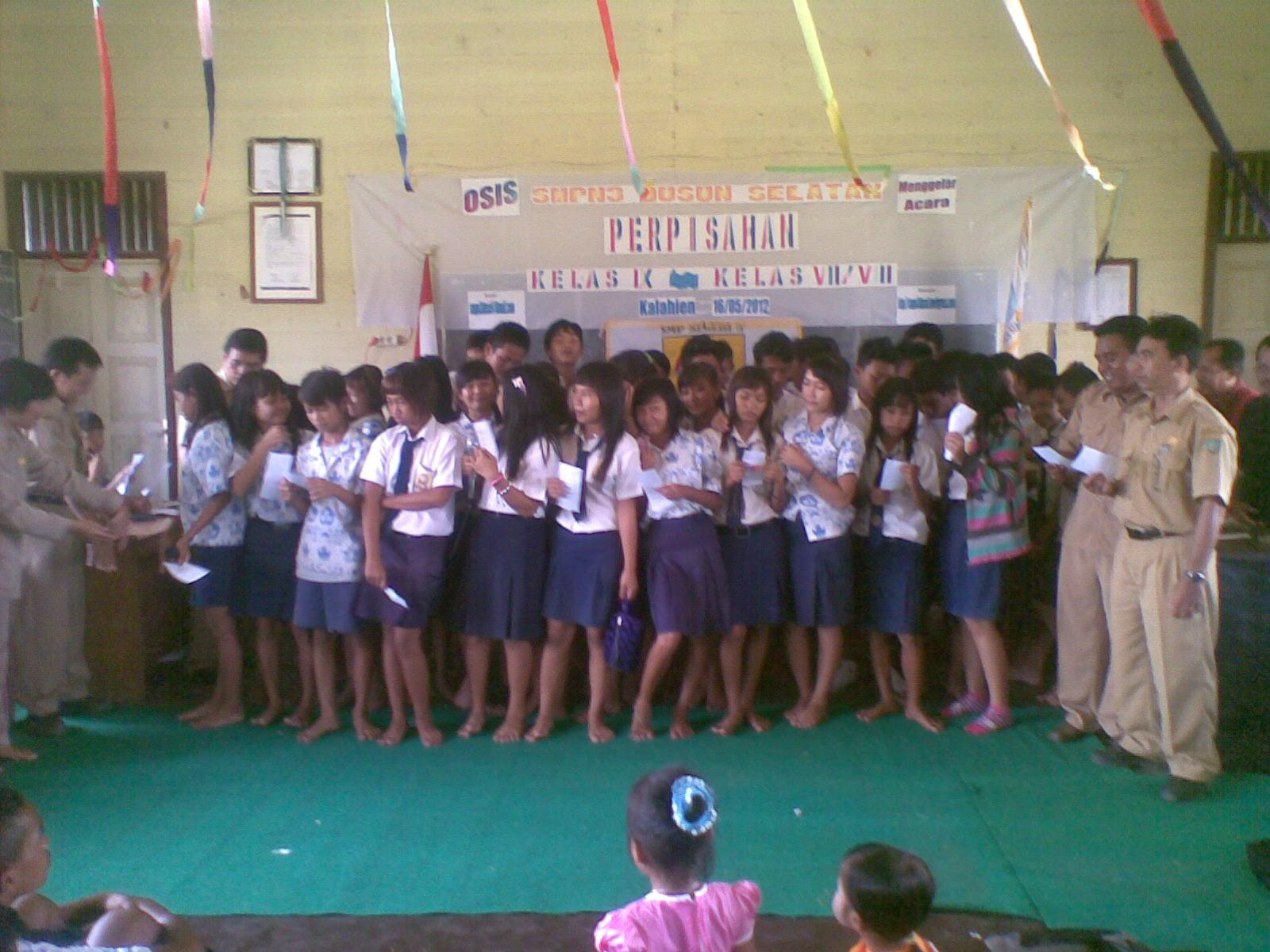Dewan Guru Menyanyi Bersama Lagu Kemesraan Dalam Acara